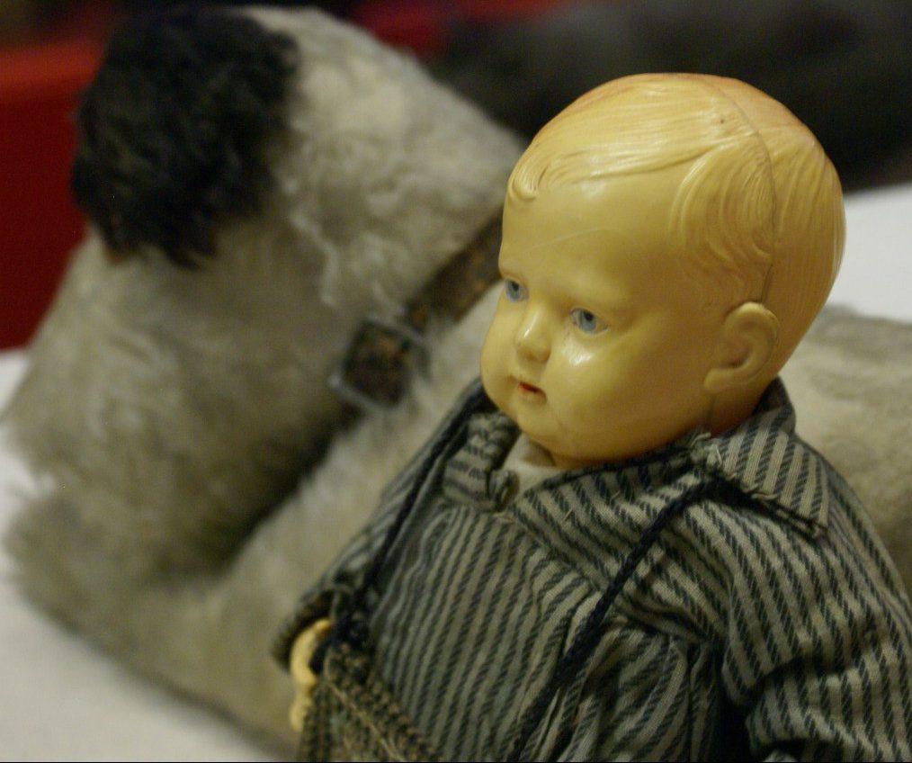 В Малом зале Петербургского музея кукол открылась выставка игрушек и кукол, принадлежавших юным жителям осажденного города.