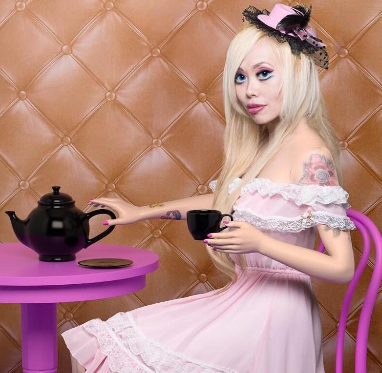 Опять Барби. Люди делают куклы, куклы делают людей.